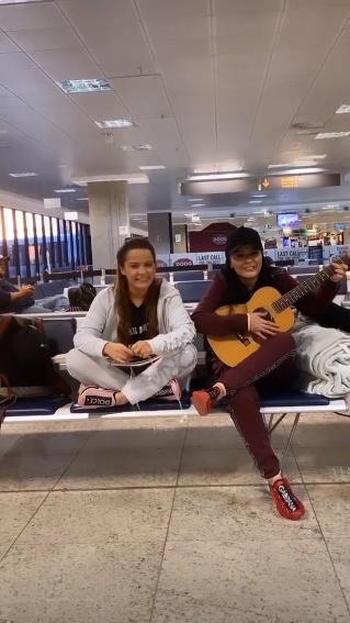 """Maiara e Maraísa surpreendem com show improvisado em aeroporto: """"Esperando o voo"""" - 2"""