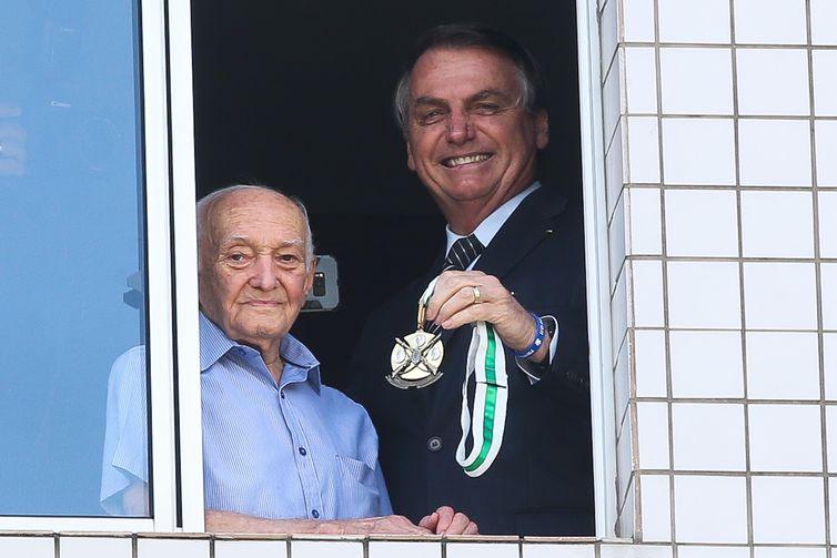 O presidente Jair Bolsonaro visita seu Carlos, 96 anos, Ex-Combatente da 2ª Guerra Mundial