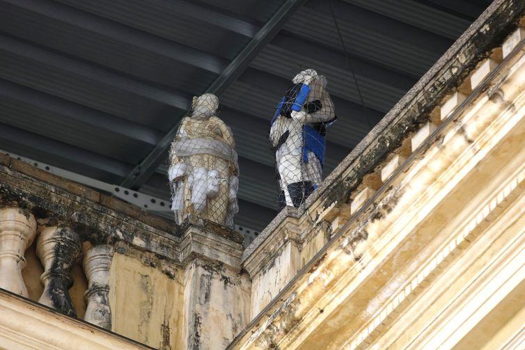 Esculturas de musas na fachada do prédio da sede do Museu Nacional, na Quinta da Boa Vista, zona norte da cidade