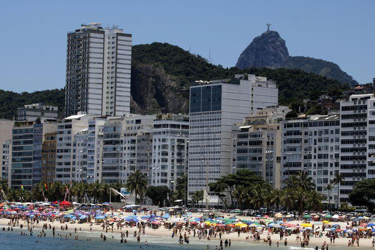 Cariocas e turistas aproveitam o último dia do ano para curtirem a praia de Copacabana, zona sul da cidade.