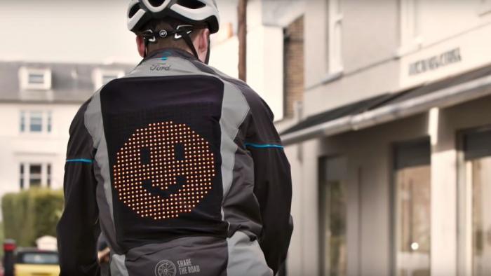 Jaqueta com LED mostra emojis e ajuda ciclistas a sinalizar direções no trânsito - 1
