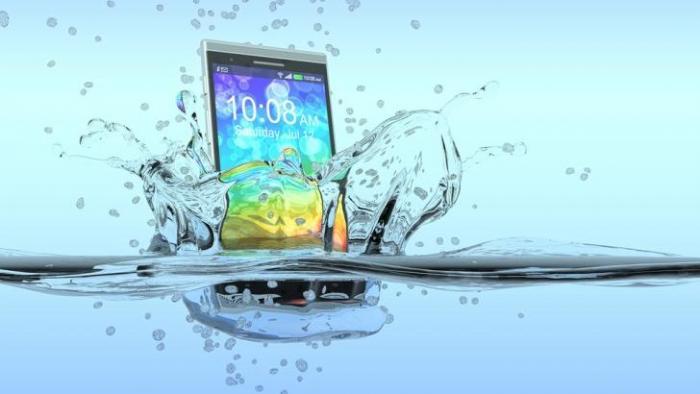 O que fazer quando o celular ou notebook cai na água? - 1