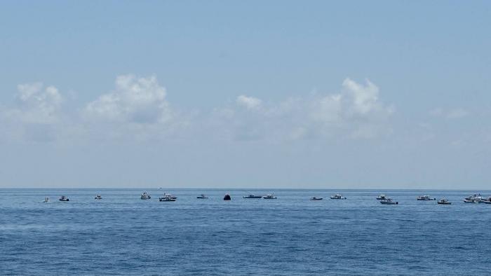 Barcos cheios de curiosos invadiram local de resgate dos astronautas da NASA - 1