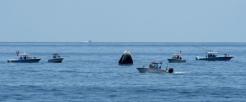 Barcos cheios de curiosos invadiram local de resgate dos astronautas da NASA - 2