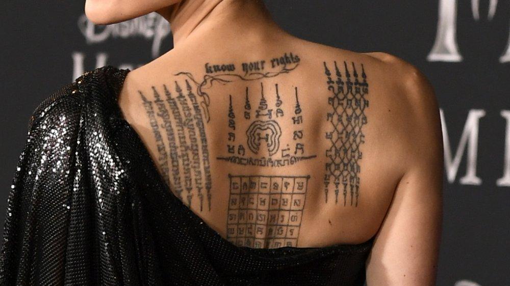 Revelado qual é o significado de famosa tatuagem de Angelina Jolie - 1