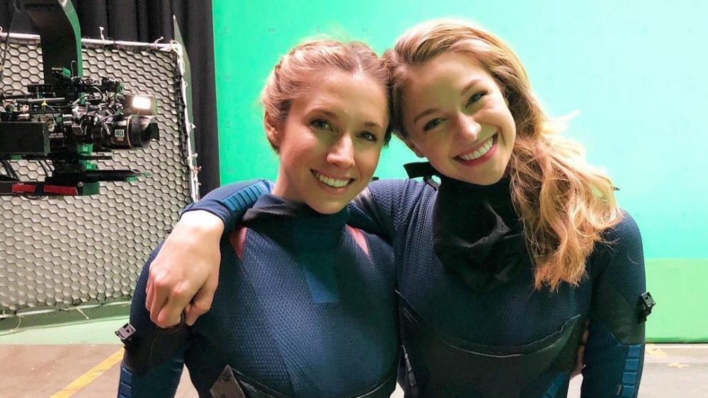 Parece irmã gêmea: Dublê é IGUAL a atriz de Supergirl; veja - 1