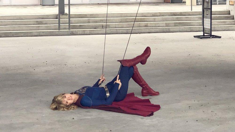 Parece irmã gêmea: Dublê é IGUAL a atriz de Supergirl; veja - 2