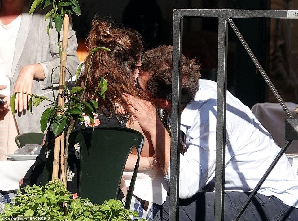 Após Chris Evans, atriz de Cinderela entra em romance polêmico; entenda por que - 4