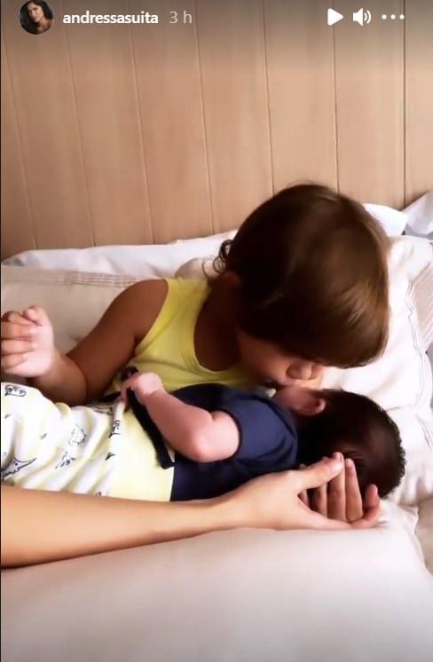 Samuel filho de Gusttavo Lima, com o sobrinho que acabou de nascer
