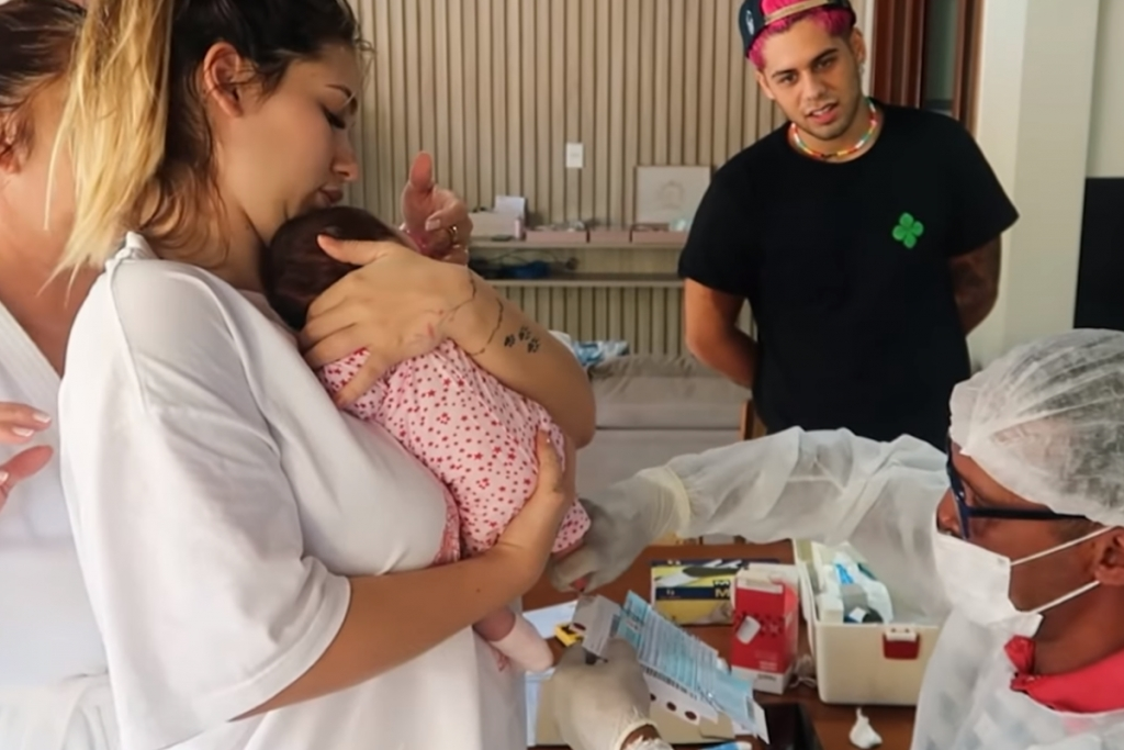 Zé Felipe e Virgínia mostram a filha Maria Alice fazendo teste do pezinho - 1