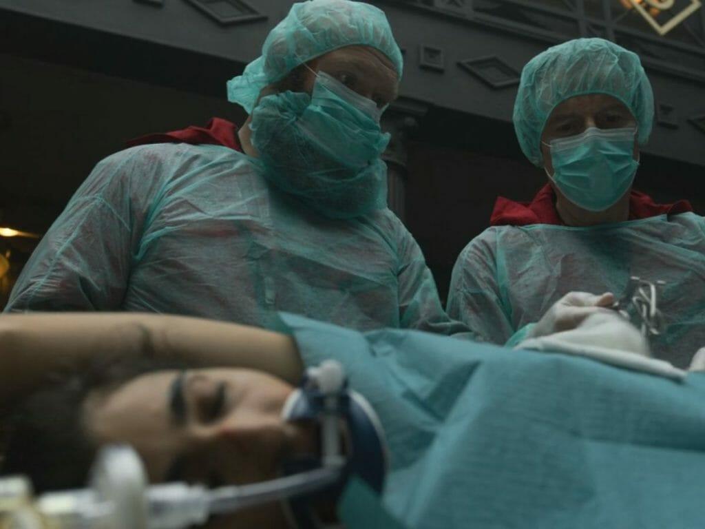 Nairóbi (Alba Flores) na mesa de cirurgia