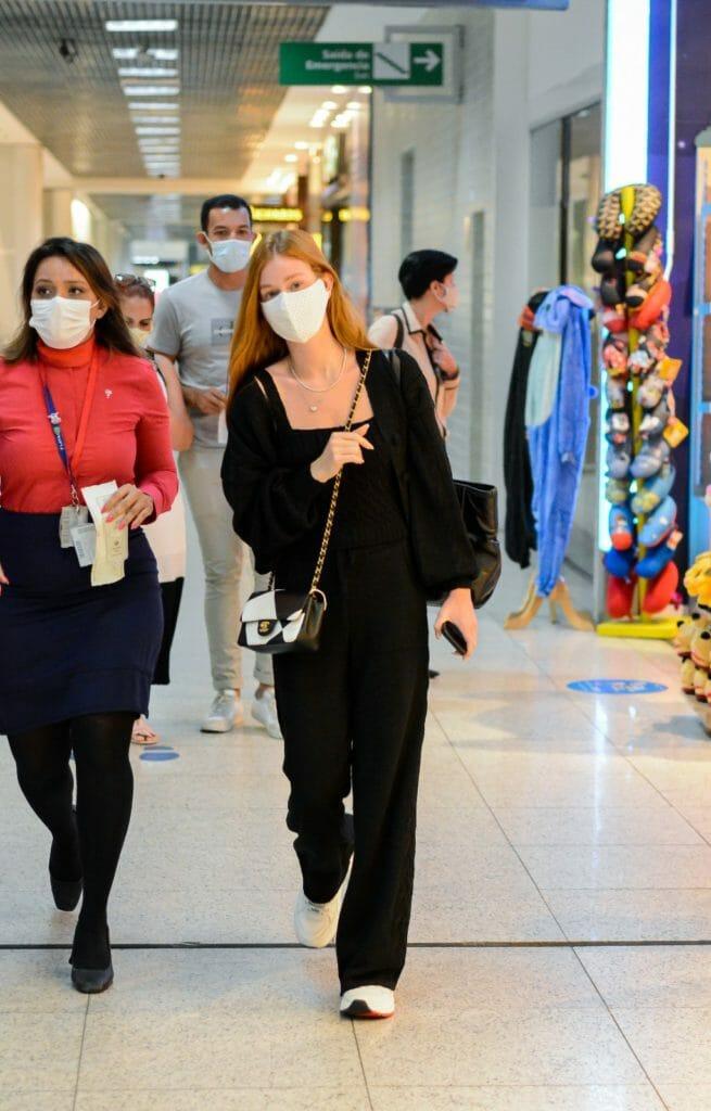 Com bolsa de grife, Marina Ruy Barbosa embarca em aeroporto do Rio e mostra simpatia - 2